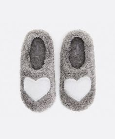 Home heart slippers, null€ - null - Find more trends in women fashion at Oysho . Winter Slippers, Fuzzy Slippers, Slipper Socks, Crocs, Baby Girl Boots, Girls Sleepwear, Cute Socks, Boot Socks, Cosy Outfit