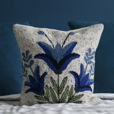 Blue Floral Pillow 18 x 18 Pattern Punch needle Rug hooking Envelope pillow Video Rezept Rug Hooking Designs, Rug Hooking Patterns, Graphic Pattern, Monks Cloth, Punch Needle Patterns, Mexican Embroidery, Pattern Pictures, Floral Pillows, Fabric Crafts