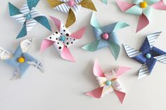 Vindmølle DIY | Den Kreative Sky Paper Decorations, Christmas Decorations, Christmas Ornaments, Diy Den, Diy And Crafts, Arts And Crafts, Baby Barn, Origami Easy, Creative Kids