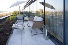 Die filigranen Möbel auf der Dachterrasse zelebrieren den Fünfziger Jahre Stil.    Foto:Simone Ahlers für JOI-Design    #WOHNIDEE #WOHNIDEESuiten #designedbyus #InteriorDesign    mehr Infos: http://blog.joi-design.com/wohnidee-suiten-von-joi-design-feiern-im-radisson-blu-koeln-mit-drei-aussergewoehnlichen-konzepten-offizielle-eroeffnung/