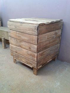 Cool Baú De Madeira Velha / Pallet Boxes  #palletboxes #palletstorage #recyclingwoodpallets Hi, my name is João Paulo, I did some work with a wooden spool and used pallet wood. Here are two chests I've made, one to keep a bag of food and ano...