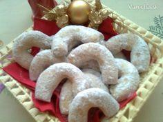 Vanilkové rožky-krehké (fotorecept) - recept   Varecha.sk Christmas And New Year, Gingerbread Cookies, Desserts, Food, Basket, Gingerbread Cupcakes, Tailgate Desserts, Deserts, Essen