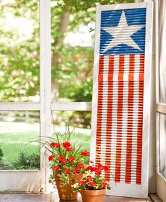 Turn an old shutter into a folk-art-style fourth-of-july display americana. Patriotic Crafts, Patriotic Decorations, July Crafts, Holiday Crafts, Diy And Crafts, Holiday Decor, Holiday Ideas, Painting Shutters, Flag Painting