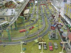 Märklin Gleise mit durchgehenden Mittelleitern, Alte Märklin Lampen 448/1, 448/2 und Wiking Autos unverglast und verglast
