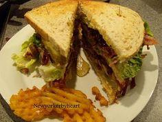 Clubsandwich med marineret kylling og balsamico-stegte løg…………