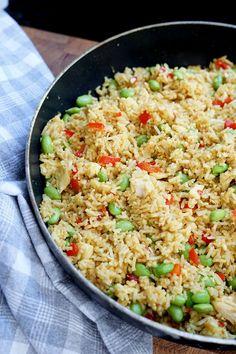 Stegte ris med kylling - Opskrift på nem aftensmad med kylling #slankemadopskrifter Opskrift på nem hverdagsmad - stegte ris med kylling, så er der aftensmad på kun 30 minutter. Lækker mad til en travl hverdag! Superfood, Tasty Meal, Recipes From Heaven, Wok, Fried Rice, Food Inspiration, Food And Drink, Health Fitness, Lunch