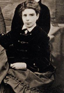 """Anna Ettlinger setzt sich für Frauenbildung ein, schreibt über Tolstoy und gegen den H.S. Chamberlain und seine """"geistigen Progrome"""". Sie  unterstützt ihre Cousine Bertha Pappenheim, Freuds """"Anna O."""", ihre jüngeren Schwestern übersetzen u.a. """"Clarissa"""" von Richardson."""