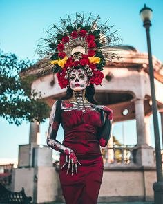 One way people celebrate Día de los Muertos or Day of the Dead is through costumes. Check out the best skull-inspired ones here. Sugar Skull Kostüm, Sugar Skull Makeup, Couple Halloween, Halloween Make Up, Halloween Costumes, Sugar Skull Halloween, Ghost Costumes, Halloween Labels, Halloween Wreaths