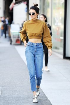5c878208c31b0d 5 Ways Kendall Jenner Wears 1 Pair of Mom Jeans