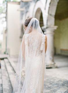 what a veil!!!  Eine Hochzeitsdeko in puder und beige mit Messing | Friedatheres