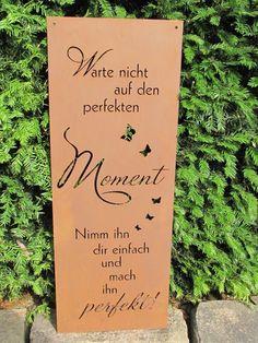 """Edelrost Gedichttafel """"Perfekter Moment"""" Die Tafel ist aufwändig gestaltet, mit vielen Schmetterlingen. Die Spruchtafel ist ein Hingucker in jedem Garten und zieht gerade in Vorgärten die Blicke auf sich. Spruch auf der Tafel lautet: """"Warte nicht auf den perfekten Moment, nimm ihn dir einfach und mach ihn perfekt."""" Größe: Höhe: 80,5 cm Breite: 30 cm Preis: 39,- €"""