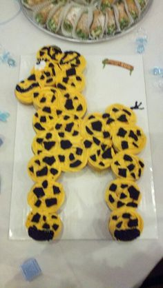 Giraffe pull apart cupcake cake. I used oreos as spots, french vanilla cake mix and homemade cream cheese frosting with 1m tip.  Delicious and cute for baby shower or jungle theme birthday cake. <3