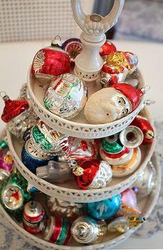 ¡Qué gran idea de utilizar vintage adornos de navidad como decoración !: