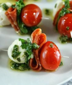Mozarella, Tomate Mozzarella, Best Appetizers Ever, Appetizer Recipes, Fall Appetizers, Basil Vinaigrette Recipe, Christmas Party Food, Snacks, Appetisers
