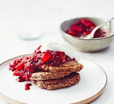 Make these oat pancakes for breakfast or brunch and top with berry compote and a dollop of yogurt. They're tasty, healthy and full of fibre and vitamin C Easy Healthy Breakfast, Perfect Breakfast, Breakfast Recipes, Breakfast Ideas, Healthy Eating, Banana Oat Pancakes, Banana Oats, Oats Recipes, Bbc Good Food Recipes