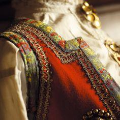 Livet på den gamle bunaden fra ukjent sted i Hordaland, har gullagraman i tillegg til fargerikt blomsterband langs kanten Folklore, Bridal Crown, Ethnic Fashion, Cute Designs, Traditional Outfits, Norway, Costumes, Embroidery, Europe