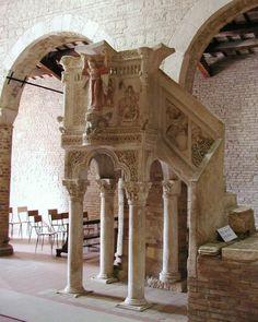 A rare example of polychrome pulpit in the Church of Santa Maria del Lago