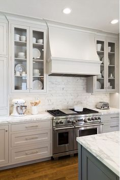 Kitchen cabinet decision: glass or solid doors? Galleries B – Update Your Kitchen Cabinets Kitchen Hoods, Grey Kitchen Cabinets, Kitchen Redo, Kitchen Backsplash, New Kitchen, Glass Cabinets, Upper Cabinets, Country Kitchen, Kitchen Ideas