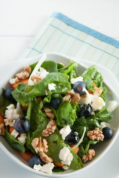 Spinat Salat mit Walnüssen Tasty spinach salad with walnuts and blueberries. This fruity salad is ma Shrimp Recipes, Salad Recipes, Drink Recipes, Crab Stuffed Avocado, Cottage Cheese Salad, Healthy Snacks, Healthy Recipes, Salad Dishes, Seafood Salad