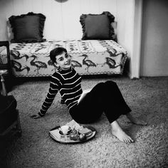 While filming the movie Sabrina, Audrey Hepburn rented a sublet apartment on Wilshire Boulevard in Beverly Hills. Photographer Mark Shaw captures this intimate moment of a young Audrey at her apartment enjoying a snack while reading a book, Sabrina Audrey Hepburn, Young Audrey Hepburn, Audrey Hepburn Style, Black White, British Actresses, Nicole Richie, Miranda Kerr, Rosie Huntington Whiteley, Old Hollywood