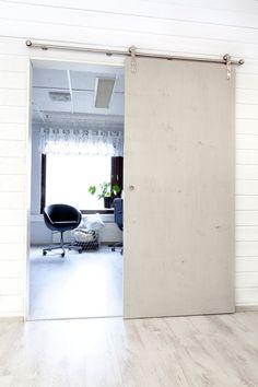 Tilanjakoliukuovi on kaksipuoleinen seinä- tai kattokiinnityksellä toimiva, yläkantoinen liukuovi. Vankan ja varmakäyttöisyyden takaa minimissään 32 mm:n mdf-rakenne yhdistettynä laadukkaisiin liukukiskojärjestelmiin. Viria, Townhouse, Garage Doors, Loft, Balcony, Outdoor Decor, Basement, Decor Ideas, Furniture