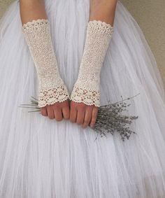 Elegante fingerlose Handschuhe häkeln sanft in leichte und weiche Baumwolle / Viskose Garn. Feminin und zart, diese Handschuhe geben das Gefühl der Nostalgie, Sentimentalität und Romantik des vergangenen Jahrhunderts. Sie sind das perfekte Accessoire für Ihre Vintage Hochzeit, retro