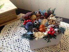 木箱の中に木の実やお花をアレンジしました。ユーカリやきのこの動きがユーモラスです*木の実とグリーンに合わせてペッパーベリーを入れました。これから来る季節が楽し...|ハンドメイド、手作り、手仕事品の通販・販売・購入ならCreema。