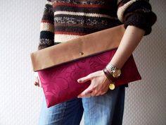 El bolso de mano de estilo sobre do tamaño grande/OVERSIZE. Hecho de tela de color bordó, con motivo floral. El forro de color azul. El bolso está bien atiesado - mantiene la forma por si mismo. La...