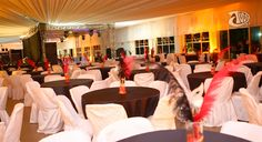 Baile de Mascara para 800 convidados, na decoração alugamos mesas, cadeiras, toalhas de mesa, apa para cadeiras e iluminação. Compramos plumas, vidros, fitas, mascaras para usar na decoração e entregar aos convidados na 25 de março #Façavocêmesmo