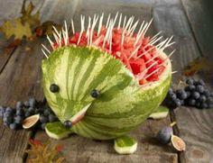 Vandmelon skåret ud som pindsvin. Tandstikker i melonstykkerne. Blåbær som øjne og snude.