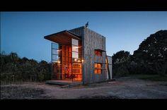 "Crosson Clarke Carnachans läckra ""Hut on sleds"" finns bland sanddynerna i Whangapoua, Nya Zeeland. Ett 40 kvadratmeter stort hus i cypresspa..."