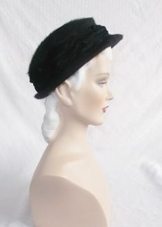 Please like my Facebook Page http://www.facebook.com/MyVintageHatShop for exclusive discounts and promotions.  Classic vintage hat from the