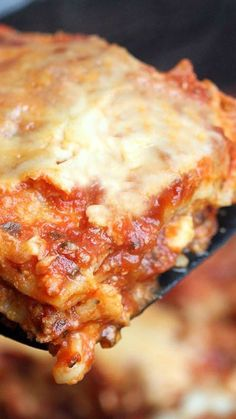 Slow Cooker Lasagna Recipe ~ You don't even have to pre-cook the noodles! Just layer sauce, noodles, cheese and repeat. Let it cook for a few hours and BAM... Tasty homemade Slow Cooker Lasagna with hardly any mess!