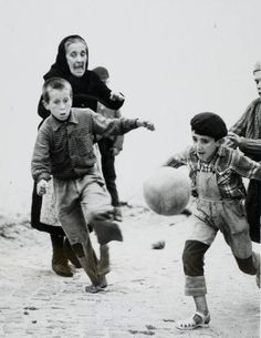 © Gordon W. Gahan from Portugal's Picturesque Nazaré 1967 Vintage Photography, Street Photography, People Photography, Old Photos, Vintage Photos, Harvard Art Museum, Play Soccer, Stanley Kubrick, Photo Black
