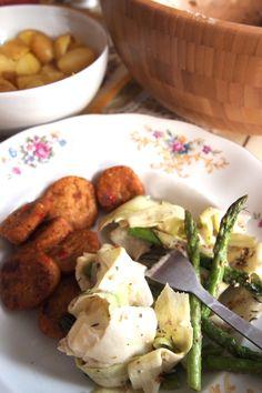 De Groene Meisjes // recept: courgettesalade met gegrilde asperges en tahindressing