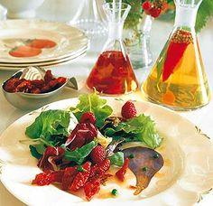 Ensalada con tomates secos y frambuesas