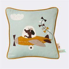 Seikkailunhalua huokuva Plane-tyyny on hauska yksityiskohta lastenhuoneeseen. Tämä Ferm Livingin tyyny on valmistettu laadukkaasta, luonnonmukaisesta puuvillasta ja tyynyssä oleva hahmo, sekä tyynyn toisella puolella oleva raidoitus ovat käsinpainettuja. Kokeile tyynyn yhdistämistä muihin tekstiileihin. Tyyny on helppo yhdistää Ferm Livingin muihin vastaavanlaisiin ja hauskoihin tekstiileihin.