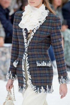 Chanel Herbst/Winter 2019 Ready-to-Wear - Fashion Shows   Vogue Germany #EarCuffJewelry Chanel Style Jacket, Jacket Style, Chanel Fashion Show, Couture Fashion, Vogue Paris, Fashion Week, Fashion Outfits, Womens Fashion, Fashion Styles
