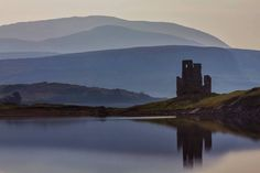 Sutherland (Escocia).-  Lugares mágicos como el de la presente foto de Derek, el castillo de Ardvreck ( siglo XVI ) , sobre el lago Assynt en Sutherland, en el noroeste de las Tierras Altas de Escocia en una preciosa tarde de verano.