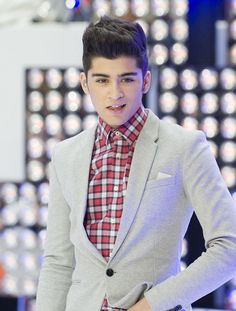 Cute Looks Of Cutest One Direction Band Member Zayn Malik During Concert #ZaynMalik #Concert #ZaynMalik #AskaTicket
