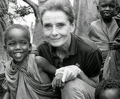 """AUDREY HEPBURN // """" PRENDRE SOIN DES ENFANTS N'A RIEN A VOIR AVEC LA POLITIQUE ! JE PENSE QUE ,PEUT ËTRE AVEC LE TEMPS,AU LIEU D'AVOIR UNE POLITISATION DE L'AIDE HUMANITAIRE ,IL Y AURA UNE HUMANISATION DE LA POLITIQUE .... """" A.H."""