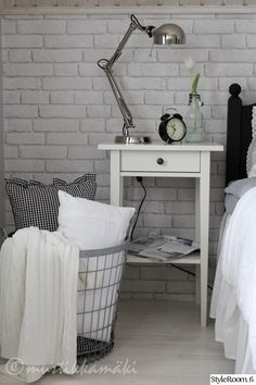 Päiväpeitot ja sisustustyynyt saa siististi yöksi säilöön suureen koriin. #styleroom #inspiroivakoti #sailytys #makuuhuone Täällä asuu: Tiina-H