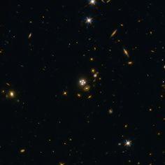 """Una serie di articoli che verranno pubblicati sulla rivista """"Monthly Notices of the Royal Astronomical Society"""" descrive vari aspetti di un nuovo calcolo della costante di Hubble, il valore che indica il tasso di espansione dell'universo. Un team della collaborazione H0LiCOW hanno utilizzato il telescopio spaziale Hubble e altri telescopi per misurare la costante di Hubble sfruttando l'effetto di lente gravitazionale di 5 galassie. Leggi i dettagli nell'articolo!"""