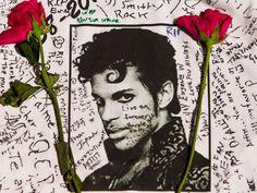 Flores são colocadas sobre uma camisa com mensagens escritas por fãs do cantor Prince em um memorial criado do lado de fora do Apollo Theater em Nova York, nos EUA. Prince foi encontrado morto na quinta-feira (21) com 57 anos (Foto: Andres Kudacki/AP)