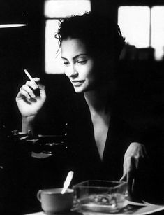 Black and White Photography of Women: How Take Beautiful Pictures – Black and White Photography Black And White Portraits, Black White Photos, Black And White Photography, Women Smoking, Girl Smoking, Smoking Kills, Smoking Room, Coffee And Cigarettes, Poses Photo