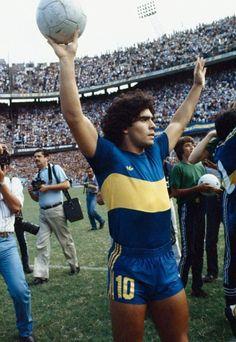 Diego Maradona salutes his fans at Boca Juniors Football Names, Football Icon, Football Photos, Sport Football, Football Players, Diego Armando, Retro Pictures, Retro Pics, Legends Football