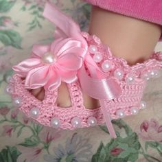 Diy Crafts - These cute crochet baby Christening shoes come in many different colors and sizes. They will be perfect for babys special day or just to Baby Girl Sandals, Crochet Baby Sandals, Crochet Shoes, Crochet Baby Booties, Crochet Slippers, Cute Crochet, Christening Shoes, Christening Gifts, Diy Crafts Crochet
