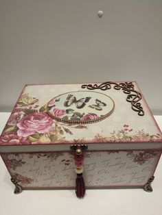 Shabby Chic Crafts, Vintage Shabby Chic, Shabby Chic Decor, Decoupage Box, Decoupage Vintage, Recycled Decor, Cupcake Bath Bombs, Fairy Furniture, Hat Boxes
