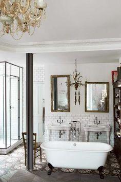 La salle de bains laisse entiérement sa place au mobilier ancien. Plus de photos sur Côté Maison http://petitlien.fr/7aa9