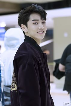 FY! PENTAGON -  Kino - oh wow, what a smile..   that'd definitely stop me in my tracks if I saw a face like that in public...  probably hit a wall or trip over something..  hopefully he'd be flattered... ...